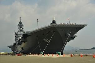 清水港に停泊する護衛艦いずもの写真素材 [FYI02653888]