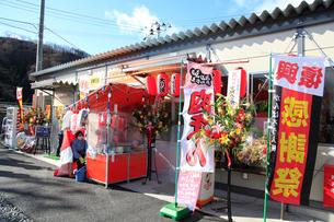 仮設店舗群開業日の賑わいの写真素材 [FYI02653943]