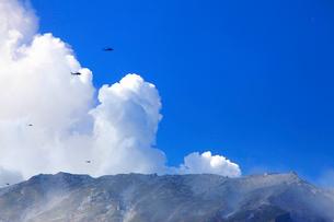 救援ヘリと噴火する御嶽山の写真素材 [FYI02653957]