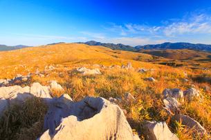冠山から望むカルスト台地の石灰岩と地獄台などの山並みの朝景の写真素材 [FYI02653971]