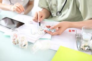 製薬研究員が相談しているイメージの写真素材 [FYI02654008]
