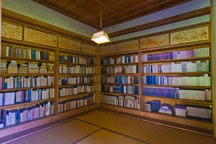 堀辰雄文学記念館にある書庫内部の写真素材 [FYI02654024]