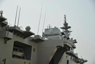 清水港に停泊する護衛艦いずもの写真素材 [FYI02654055]
