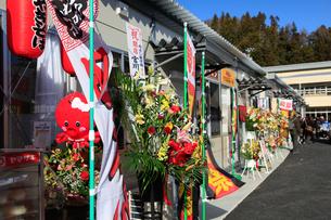 仮設店舗群開業日の賑わいの写真素材 [FYI02654077]