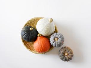 かぼちゃと竹のざるの写真素材 [FYI02654127]