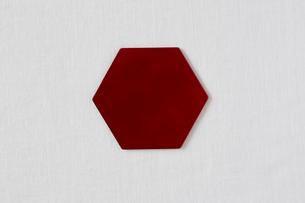 白い布と赤い皿の写真素材 [FYI02654212]