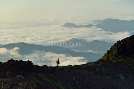 雲海と登山者の写真素材 [FYI02654259]