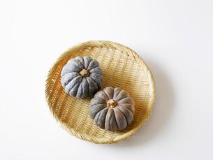 かぼちゃと竹のざるの写真素材 [FYI02654278]