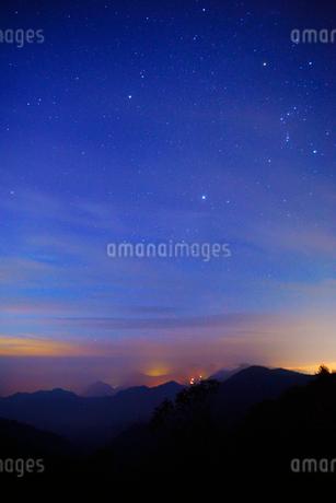 旧碓氷峠見晴台から望む八ケ岳方向の山並みと星空の写真素材 [FYI02654318]