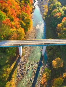 紅葉の吾妻渓谷と上湯原橋,上流方向を望むの写真素材 [FYI02654319]