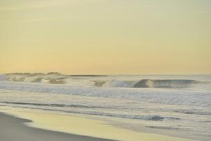 朝の海岸と波の写真素材 [FYI02654329]