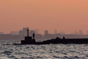 幕張の浜より,都心のビル群と釣り人の写真素材 [FYI02654342]