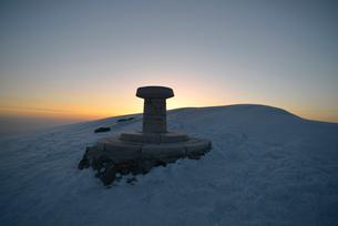 白馬岳の頂上の展望図指示盤の写真素材 [FYI02654362]
