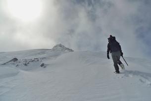 冬の木曽駒ケ岳に登る登山者の写真素材 [FYI02654363]