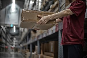 商品箱を持っている女性の写真素材 [FYI02654378]