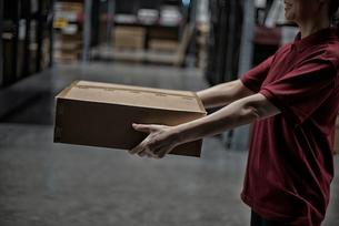商品箱を持っている女性の写真素材 [FYI02654422]