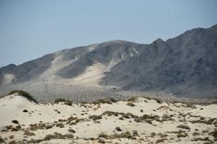 墨絵のように見える山のある風景の写真素材 [FYI02654478]