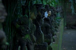 静かな空間にたたずむ石像の写真素材 [FYI02654501]