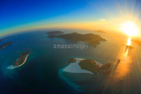 嘉比島と安慶名敷島など慶良間諸島の空撮夕景,魚眼の写真素材 [FYI02654526]