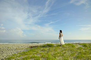 中田島砂丘から海を見る女性の写真素材 [FYI02654532]