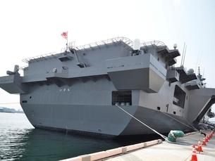 清水港に停泊する護衛艦いずもの写真素材 [FYI02654555]