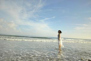 海岸に立つ女性の写真素材 [FYI02654564]