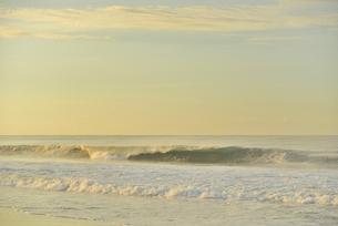 朝の海岸と波の写真素材 [FYI02654576]