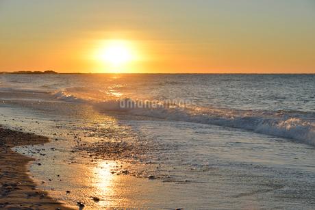 中田島砂丘の海岸から見る初日の出の写真素材 [FYI02654623]