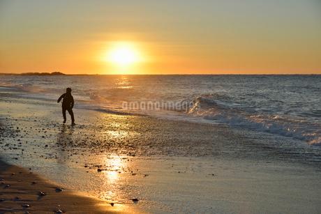 中田島砂丘の海岸から見る初日の出の写真素材 [FYI02654639]