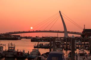漁人碼頭の情人橋の夕日の写真素材 [FYI02654654]