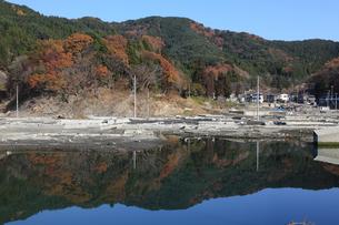 水溜りに写る紅葉とがれきの写真素材 [FYI02654674]