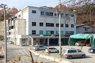 大槌小学校の校庭に建つ消防と警察の大型テントの写真素材 [FYI02654679]