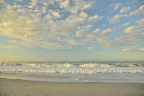 朝の海岸と波の写真素材 [FYI02654700]