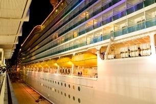 神戸港にMARINER OF THE SEASが停泊の夜景の写真素材 [FYI02654725]