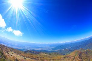美ヶ原などの山並みと上田市街と紅葉の樹林と太陽の光芒,魚眼の写真素材 [FYI02654740]