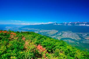 空木岳など中央アルプスの山並みとツツジと伊那谷の写真素材 [FYI02654806]