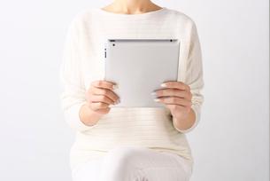 タブレット端末を持つ女性の写真素材 [FYI02654859]