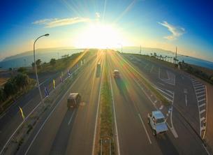 ロードパークの歩道橋上から望む浜比嘉大橋方向の海中道路と朝日の写真素材 [FYI02654910]