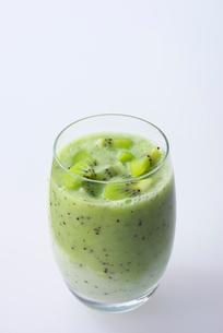 キウイと飲むヨーグルトの写真素材 [FYI02655000]