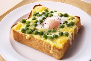 玉子とグリーンピースの乗せパンの写真素材 [FYI02655007]