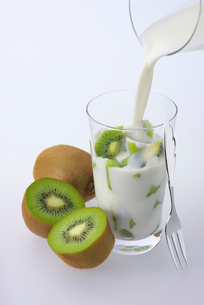 キウイと飲むヨーグルトの写真素材 [FYI02655085]