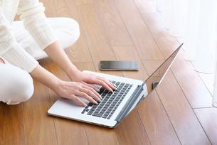 ノートパソコンを操作する女性の写真素材 [FYI02655118]