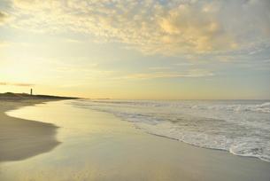 朝の海岸と波の写真素材 [FYI02655187]