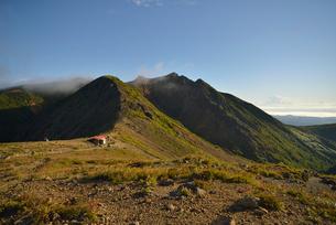 那須岳の峰の茶屋跡避難小屋の写真素材 [FYI02655209]