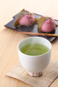 お茶と桜餅の写真素材 [FYI02655264]