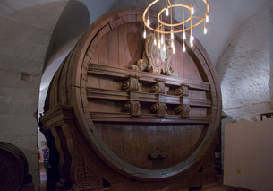 ハイデルベルク城フリードリヒ館地下のワイン大樽の写真素材 [FYI02655268]