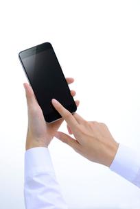 スマートフォンを操作する女性の写真素材 [FYI02655290]