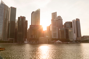 高層ビル群と夕日の写真素材 [FYI02655306]
