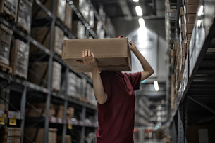 商品箱を運んでいる女性の写真素材 [FYI02655353]