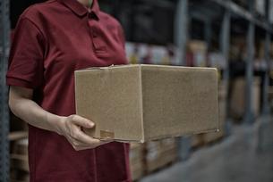 商品箱を持っている女性の写真素材 [FYI02655355]